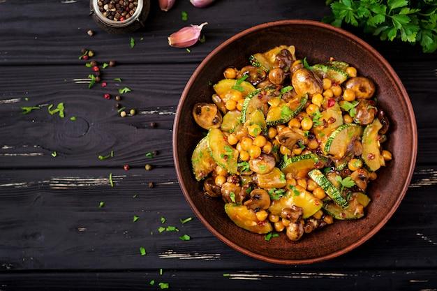 Vegane pfannengerichte aus pilzen, zucchini und kichererbsen