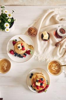 Vegane pfannkuchen mit früchten