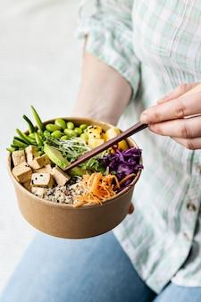 Vegane poke bowl fotografie zum mitnehmen