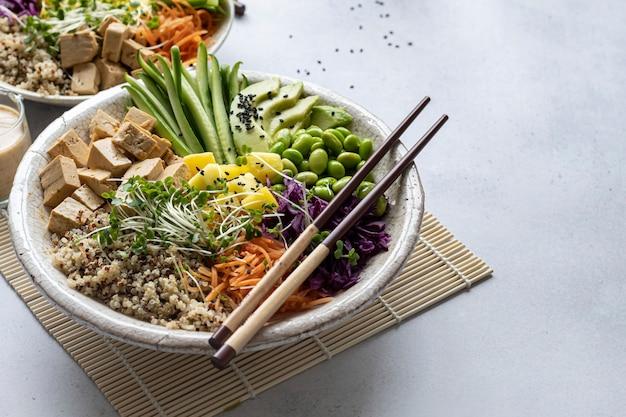 Vegane poke bowl mit mariniertem tofu fotografie