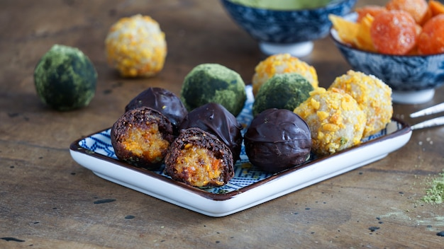 Vegane rohe schokoladenbonbons