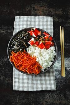 Vegane sackschale mit grünkohl und eingelegten karotten.