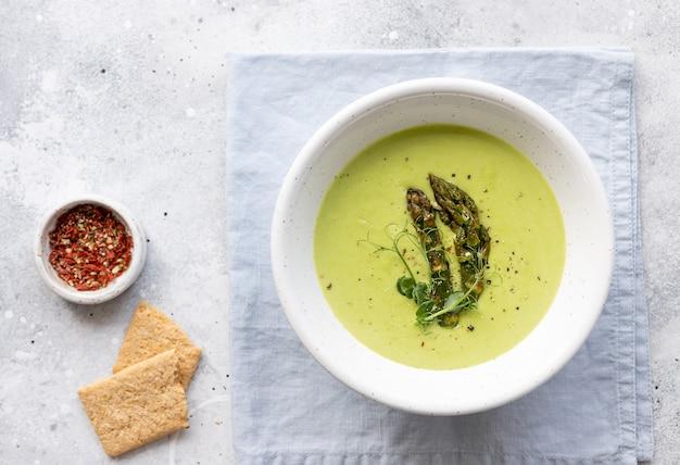 Vegane sahnesuppe mit spargel und kokosmilch in keramikschale veganes essen