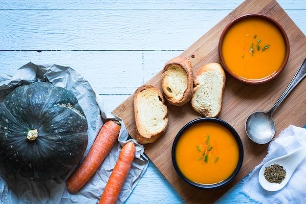 Vegane sahnige köstliche kürbissuppe