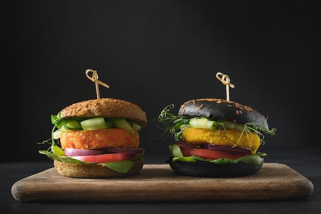 Vegane schwarzburger aus gemüsekohl und karottenfleischbällchen als fleisch auf pflanzlicher basis