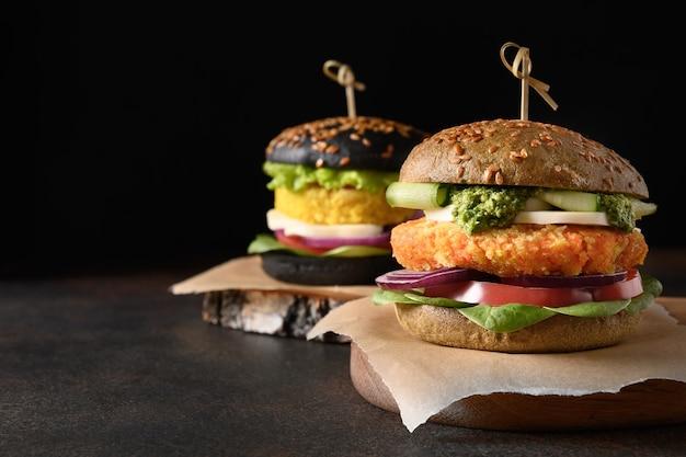 Vegane schwarzburger aus gemüsekohl und karottenfleischbällchen als pflanzliches fleisch