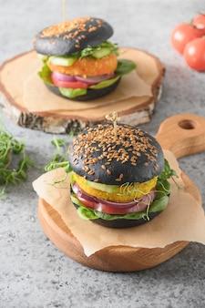 Vegane schwarze burger von gemüsekohlfleischbällchen