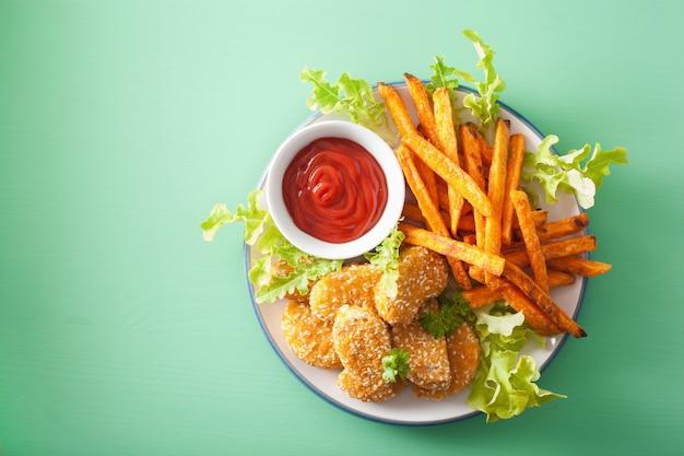 Vegane soja-nuggets und süßkartoffel-pommes