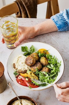 Vegane süßkartoffel-falafel-bowl gesunde mahlzeit