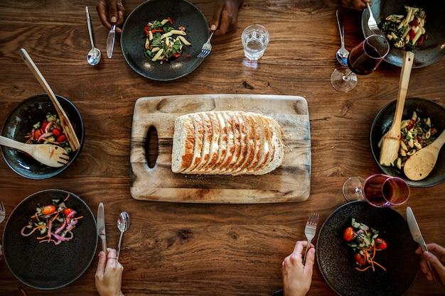 Veganer brunch im familienstil mit hausgemachtem brot und nudelsalat