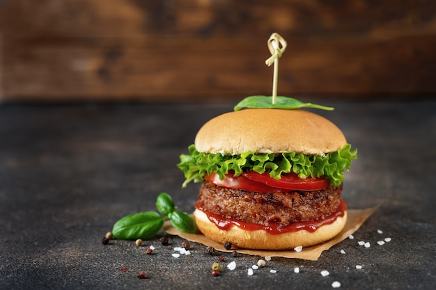 Veganer burger auf dunklem rustikalem braun