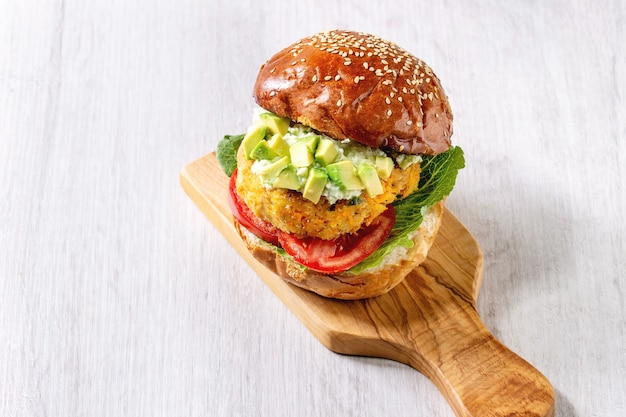 Veganer burger mit möhre