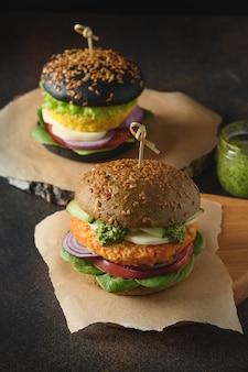 Veganer burger von spirulina brötchen gemüse karotten frikadellen