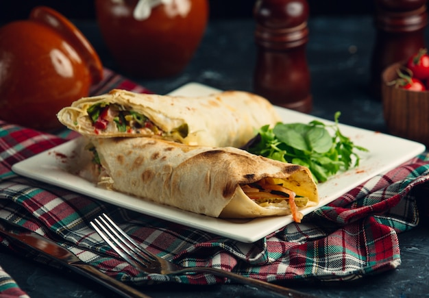 Veganer burrito mit sauce und salat