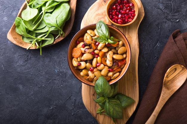 Veganer chili mit bohnen und gemüse. ansicht von oben