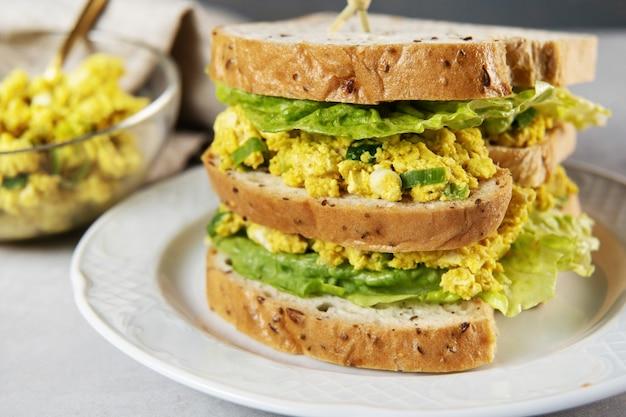 Veganer eiersalat sandwich club mit saurem brot