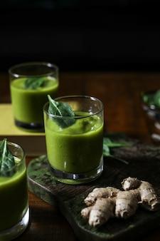 Veganer gemüse- und ingwer-smoothie