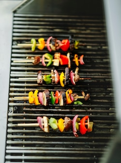 Veganer grill, der auf einem holzkohlegrill grillt