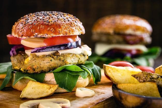 Veganer hamburger mit hamburger auf sojabasis, vegetarisches sandwich mit rustikaler kartoffel