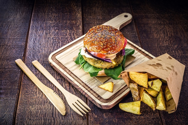 Veganer hamburger, ohne fleisch, snack auf basis von samen, soja, pflanzen und eiweiß