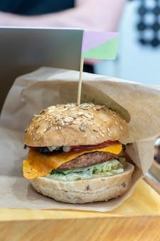 Veganer hausgemachter bohnenburger mit gegrilltem burgerpastetchen auf pflanzlicher basis