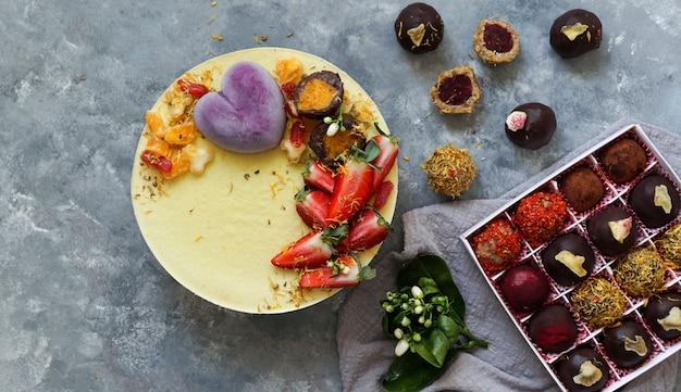 Veganer kuchen mit früchten und beeren, vegane süßigkeiten