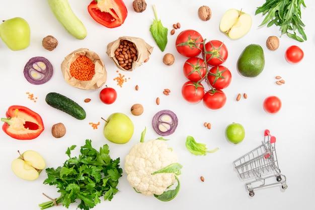 Veganer lebensmittelsatz von bio-gemüse, obst und müsli auf weiß