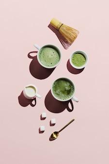 Veganer matcha latte mit hafermilch auf pink