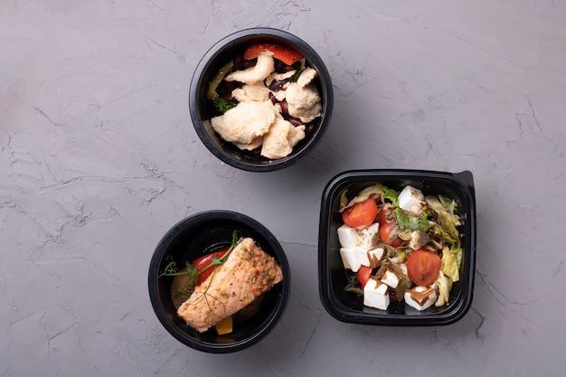 Veganer salat, gedünstetes gemüse in behältern