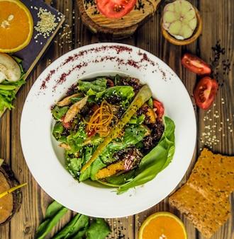 Veganer salat mit frischen basilikumblättern und spinaten.