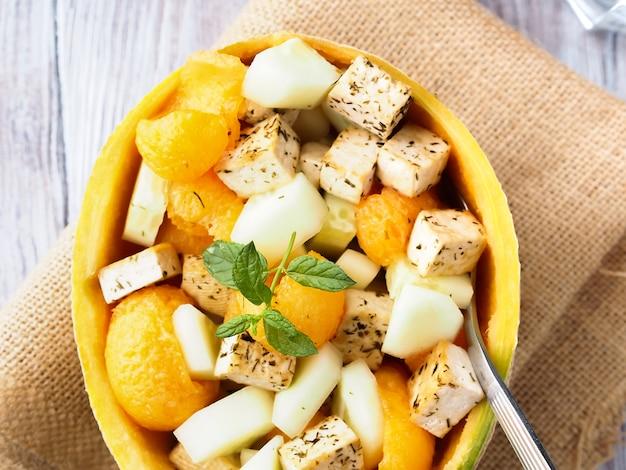 Veganer salat mit melonen- und tofukäse
