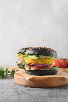 Veganer schwarzer burger von gemüsekohl und karottenfleischbällchen als fleisch auf pflanzlicher basis Premium Fotos