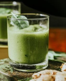 Veganer spinat-ingwer-smoothie-drink
