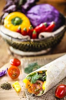 Veganer wrap, hergestellt aus in indischem brot gebackenem gemüse, ganzen nudeln ohne milch, mit gemüse auf der oberfläche