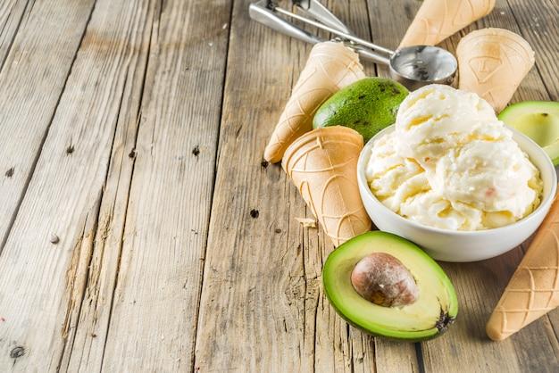 Veganes avocado-eis