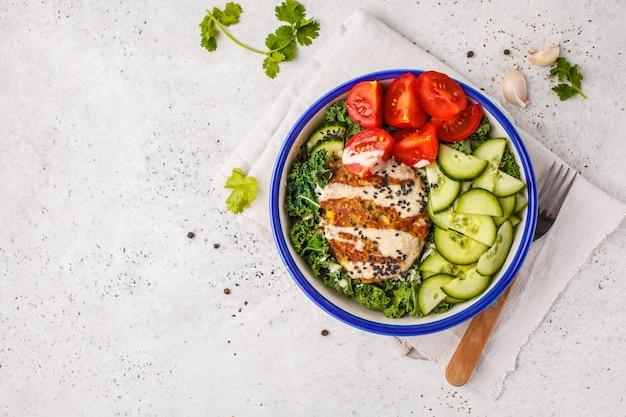 Veganes bohnenkotelett mit gemüsesalat und tahini-dressing. öffnen sie burger auf einem weißen raum.