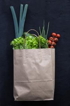 Veganes einkaufspaket mit gemüse