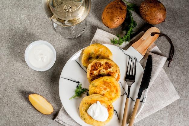 Veganes essen. käsekartoffelpüree pfannkuchen, schnitzel mit dill und sauerrahm