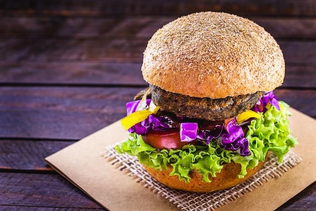 Veganes essen, veganes burger-sandwich, künstliches fleisch aus sjoa, eiweiß und gemüse