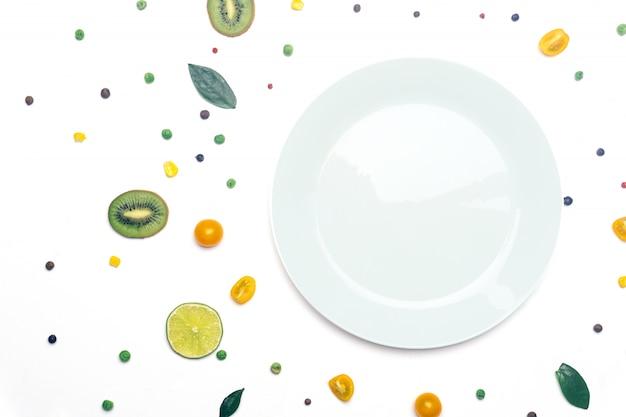 Veganes gemüse und obst detox mit einem teller