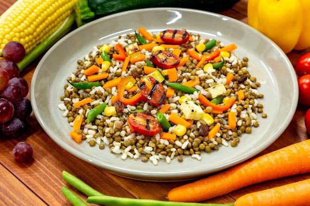 Veganes gericht mit viel frischem gemüse