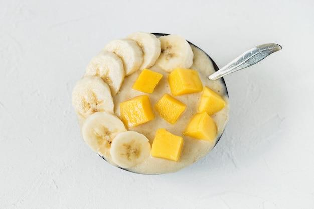 Veganes hausgemachtes bananen-mango-gelato-eis