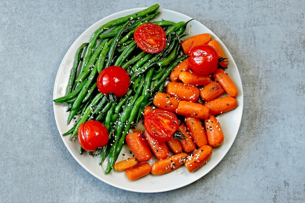 Veganes mittagessen. nützlicher salat aus grünen bohnen und karotten. grüne bohnen und karotten.