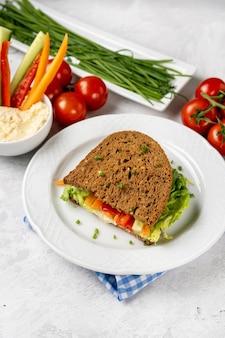 Veganes sandwich mit gemüse auf weißem teller. gesundes diät-nahrungsmittelkonzept