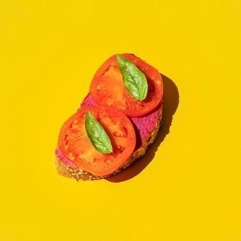 Veganes sandwich mit kartoffel und basilikum