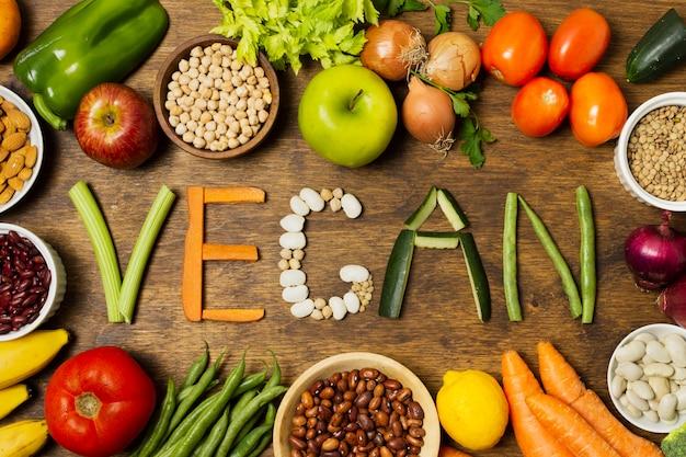 Veganes wort der flachen lage mit gemüsebuchstaben