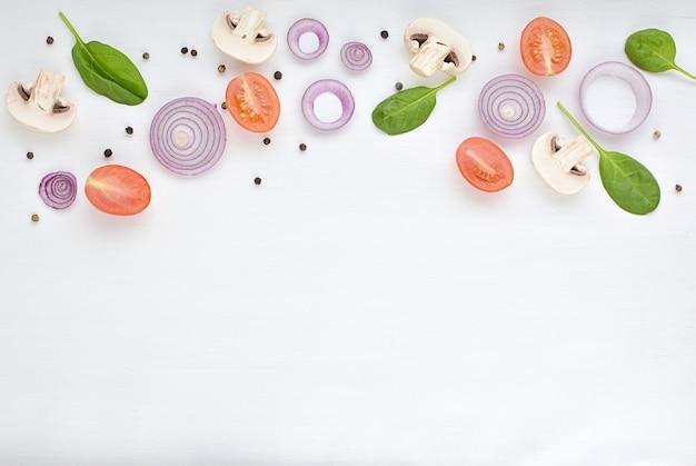 Vegetarier, veganes lebensmittelkonzept, zwiebeln, tomate, pilze, spinat