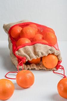 Vegetarische bio-orangen im sack Premium Fotos