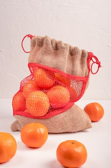 Vegetarische bio-orangen im sack