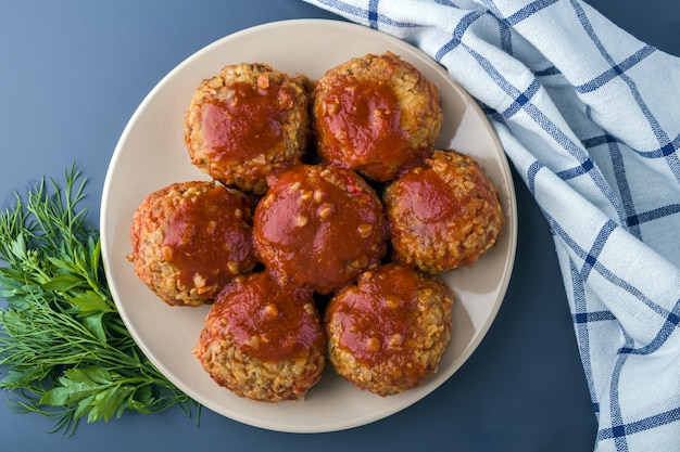 Vegetarische buchweizenkoteletts oder fleischbällchen